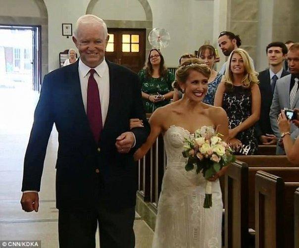 In urma cu 10 ani, tatal miresei a fost ucis. Recent, a venit ziua nuntii si tanara a fost dusa in fata altarului. Invitatii au aflat cine e barbatul pe care il tine de brat si i-au trecut fiorii