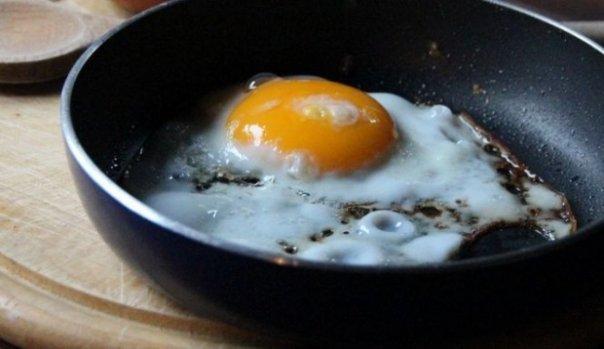 Multe gospodine fac aceste greseli cand prajesc un ou! Trebuie sa stii acest truc